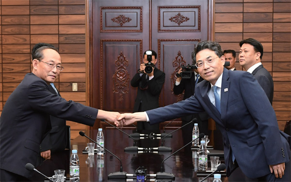 6월 28일 판문점 통일각에서 열린 남북 도로협력분과회담에서 남북 대표단이 악수하고 있다.