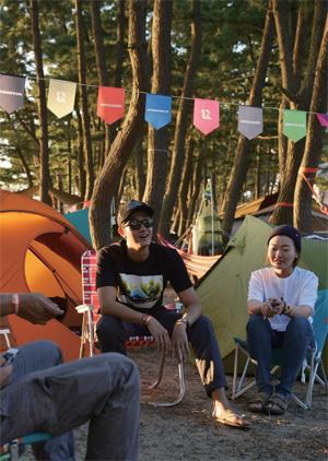지인들과 캠핑을 즐기는 이기우