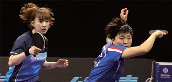 남북 단일팀 서효원(남측)-김송이(북측)가 중국을 상대로 경기를 펼치고 있다.