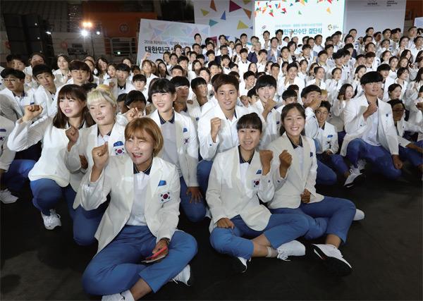8월 7일 서울 올림픽공원핸드볼경기장에서 열린 2018 자카르타?팔렘방 아시안게임 국가대표선수단결단식에서 선수들이 파이팅을 외치고 있다.