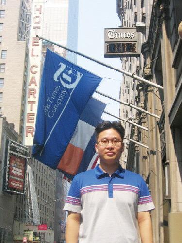 2005년 독도 광고를 게재하기 위해 '뉴욕타임스'사옥을 찾았다.