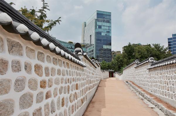 '고종의 길'은 서울 중구에 있는 덕수궁 서북쪽 구세군 서울제일교회 건너편에서 정동공원, 구 러시아공사관으로 이어지는 총 120m 길이다.