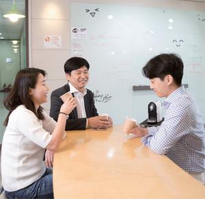 김하섭 대표가 서울 구로구 마리오타워에 있는 본사에서 직원들과 개발한 차를 시음하며 담소하고 있다.