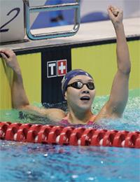 김서영이 2018 자카르타·팔렘방 아시안게임 개인혼영 200m 결선에서 순위를 확인한 뒤 환호하고 있다.