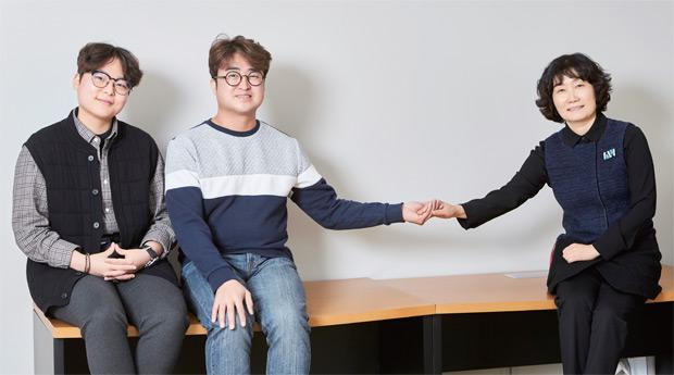 (왼쪽부터) 반시우 매니저, 이병훈 대표, 우선영 강사가 쉐어러스 사무실에서 포즈를 취하고 있다.