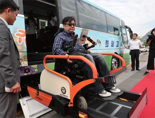 그동안 일부 시내버스, 철도에 한정됐던 휠체어 탑승이 내년부터 고속·시외버스에서도 가능해지며 휠체어 장애인의 장거리 이동권을 보장받을 수 있게 됐다