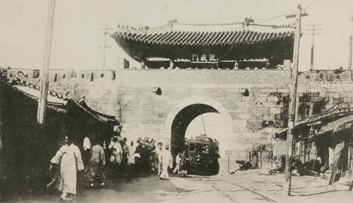일명 서대문인 서울의 '돈의문'이 104년 만에 증강현실 기술을 이용해 복원된다.