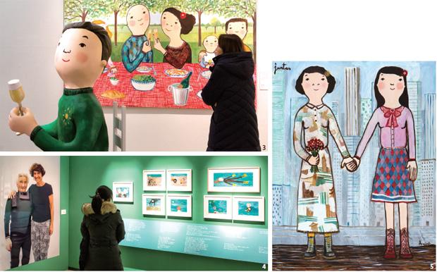 전시장을 찾은 관람객이 작품을 감상하고 있다.