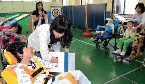정부는 장애인 연금, 장애아동 돌봄 서비스 등 성인 장애인과 장애아동에 대한 지원을 대폭 늘려 생활전반에 도움을 주고 있다. 장애아동들이 한 지체장애인 학교에서 놀이수업을 받고 있다.