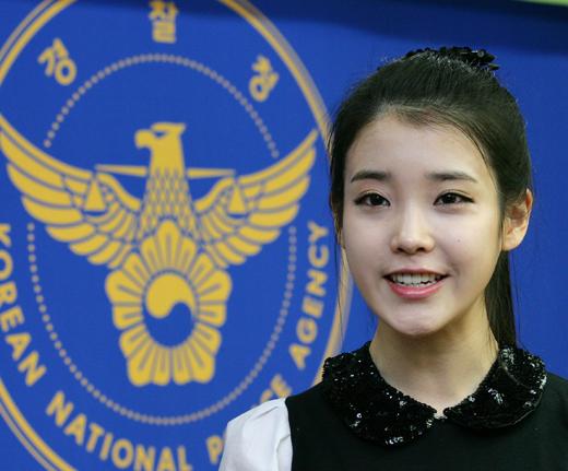 10일 오후 서울 서대문구 미근동 경찰청에서 열린 '경찰청 학교폭력 예방 홍보대사 위촉식'에서 홍보대사가 된 가수 아이유가 소감을 말하고 있다.