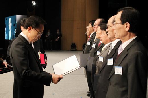 이명박 대통령이 1일 오전 서울 세종문화회관에서 열린 3.1절 기념식에서 독립유공자 7명에게 정부 포상을 하고 있다.