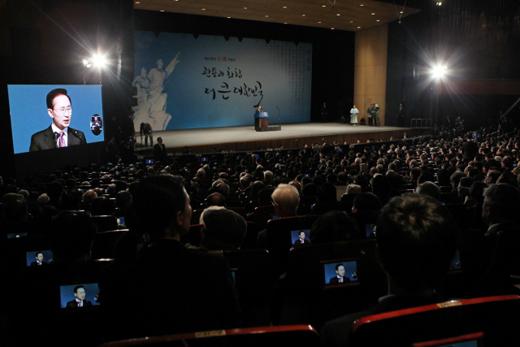 이명박 대통령이 1일 오전 서울 세종문화회관에서 열린 제93주년 3.1절 기념식에 참석, 기념사를 하고 있다.