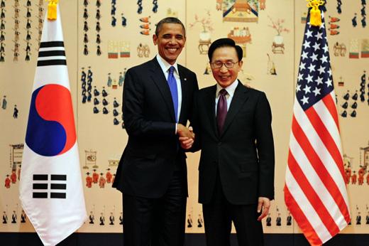 이명박 대통령이 25일 오후 청와대에서 열린 한·미 정상회담에 앞서 버락 오바마 미국 대통령과 반갑게 악수하고 있다. (사진=청와대)