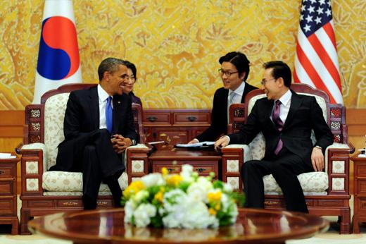 이명박 대통령이 25일 청와대에서 버락 오바마 미국 대통령과 정상회담을 하고 있다.