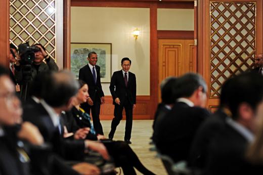 이명박 대통령과 버락 오바마 미국 대통령이 25일 청와대에서 한·미 정상회담을 마친 뒤 공동 기자회견을 하기 위해 회견장으로 이동하고 있다.