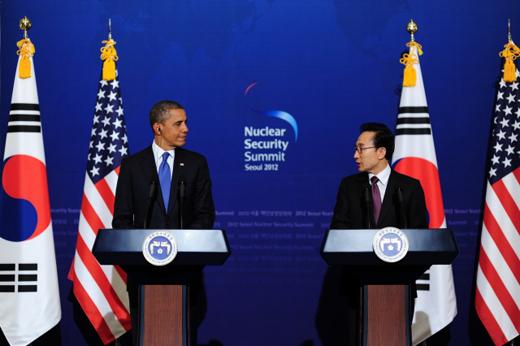 이명박 대통령과 버락 오바마 미국 대통령이 25일 청와대에서 한·미 정상회담을 마친 뒤 공동 기자회견하고 있다.