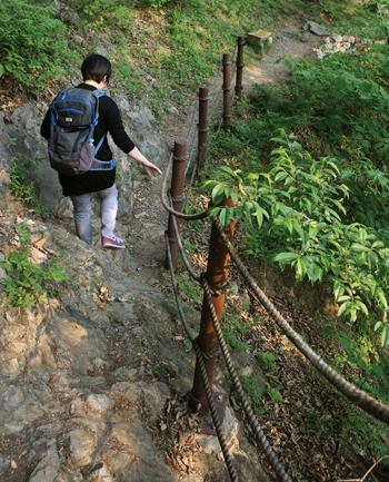 영남대로에서 가장 험난한 길로 알려진 토끼비리. 국가명승지로 지정돼 있다.