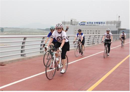 캐슬린 스티븐스 전 주한 미국대사 자전거투어 일행이 지난달 27일부터 31일까지 4박5일간 4대강 자전거길 국토종주를 완주했다. 사진은 한강 여주보 수력발전소 앞을 지나는 스티븐스 전 주한 미국대사 일행의 모습.(사진=4대강살리기추진본부)