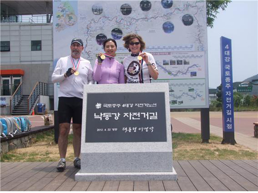 캐슬린 스티븐스(맨 오른쪽) 전 주한 미국대사가 4대강 자전거길을 종주한뒤 참가자들과 기념촬영을 하고 있다.(사진=4대강살리기추진본부)