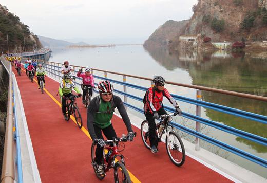 4대강 총 방문객수가 700만명을 넘어섰다. 사진은 자전거 동호회원들이 북한강 자전거 길을 달리는 모습.(사진=저작권자 (c) 연합뉴스. 무단전재-재배포금지)