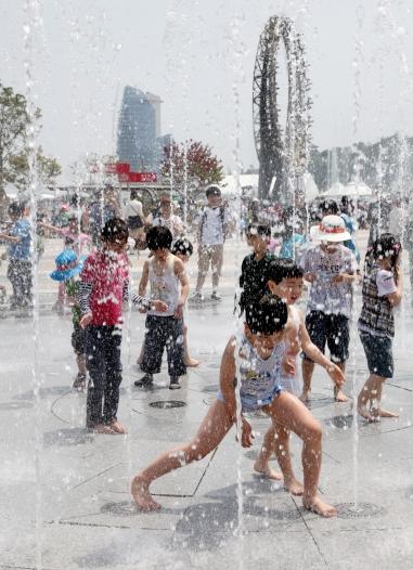 여수엑스포장 내 분수광장에서 아이들의 물놀이가 한창이다.(사진=여수엑스포 조직위원회)