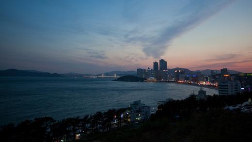 문탠로드에서 바라본 해운대. 일몰 때 특히 아름다운 이 곳의 풍경은 마치 빅토리아 피크에서 내려다본 홍콩 섬의 풍경이 오버랩 되는 풍경이다.