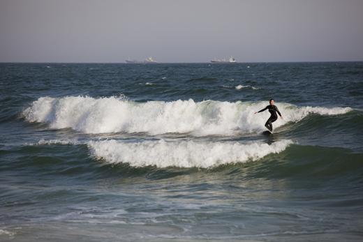 해운대는 파도가 높아 서핑하기에 좋다.