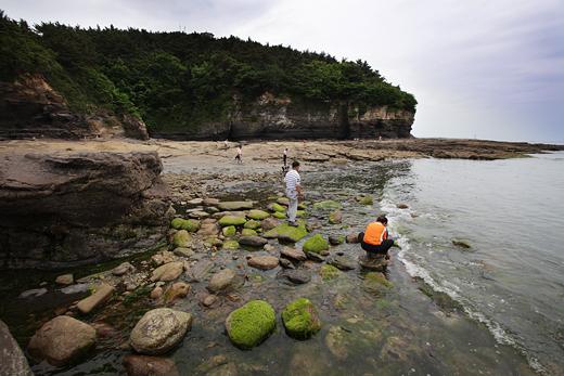 칠천억 년의 신비를 간직한 채석강의 아름다움은 이 곳을 찾아야만 할 이유다.