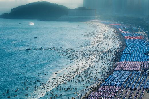 지난 4일 오후 부산해운대해수욕장에서 이안류가 발생해 피서객들이 물결에 휩쓸리고 있다. (사진=기상청)