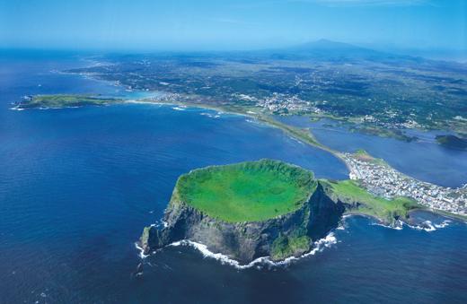 한라산, 거문오름용암동굴계와 더불어 유네스코 지정 세계문화유산으로 등록되어 있는 성산일출봉. 제주에서 생겨난 수많은 분화구 중 유일하게 바다 속에서 폭발해 만들어졌다.