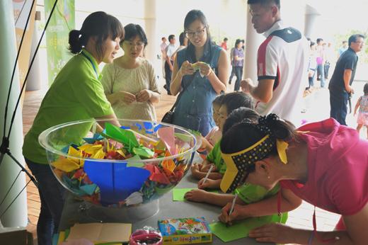 '환경대축제'가 시작한 8월 16일 응원메시지 종이접기 행사가 열려 참가자들이 총회와 축제의 성공을 기원하고 있다.