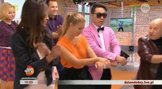 폴란드 tvn 방송 진행자들이 강남스타일의 말춤을 따라하는 장면.
