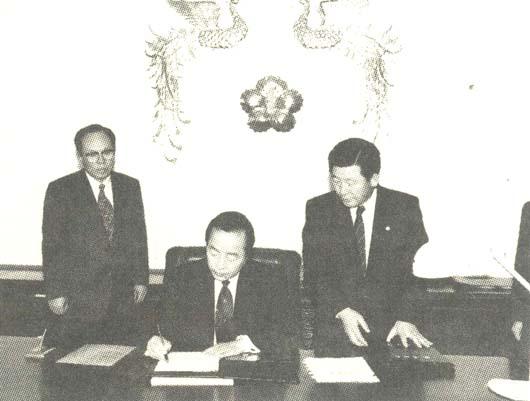 김영삼대통령은 25일 오전 청와대에서 국무총리 등의 임명동의안 요청서에 서명하는 것으로 공식집무를 시작했다