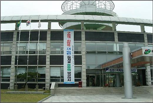 경북 김천농업기술센터 앞에 '구제역·AI 특별방역기간' 홍보현수막이 내걸려있다.