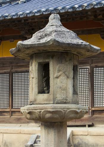 통일신라 때 만들어진 국보 17호의 석등. 석등은 부처님의 법을 상징한다. 석등에 조각된 보살상의 모습이 정교하다.