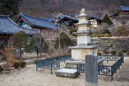 무량수전 동쪽에 있는 전형적인 신라시대 탑, 부석사의 아름다운 일몰을 감상하는 포인트다.