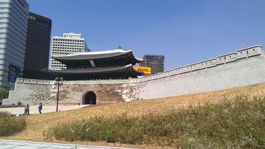 숭례문 동쪽과 서쪽에 각각 길이 53m와 16m의 성곽이 새로 생겼고 지반도 과거에 비해 30cm가량 낮아졌다.