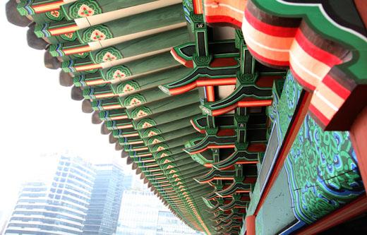 복구된 숭례문 처마의 단청. 조선 전기시대에 맞춰 전통안료를 사용했다.