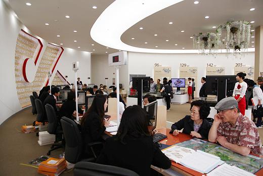 경기도 성남 판교의 아파트 분양 홍보관을 찾은 청약 대기자들이 분양 상담을 받고 있다.