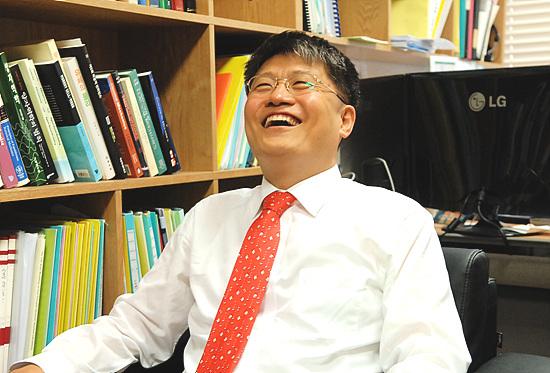 김승환 포스텍 산학협력단장이 포스텍에 관한 소개를 하던 중 크게 웃고 있다.
