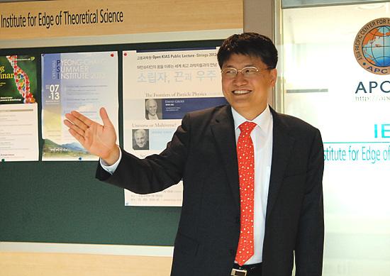 김승환 포스텍 산학협력단장이 도전정신이 있는 포스텍에 와서 '창업의 길'을 갈 것을 주문하고 있다.