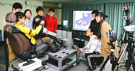 유희천 교수 연구실에서 실험을 하고 있는 모습.