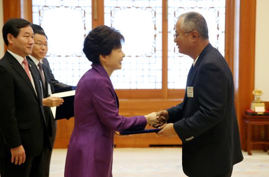 박근혜 대통령이 25일 청와대에서 송승환 대통령직속 문화융성위원회 민간위원에게 위촉장을 수여하고 있다.