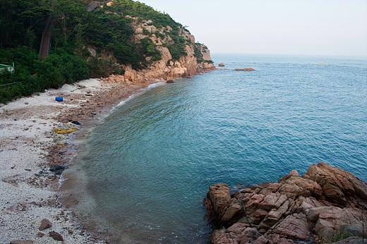 명사의 해변은 동해 바다 느낌이 나는 호젓한 분위기의 작은 해변이다.