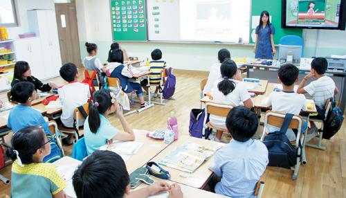 도시학교 부럽지 않은 시설을 갖춘 교실에서 강릉 송양초등학교 5학년 학생들이 수업을 하고 있다. 송양초등학교는 지역사회와 학교의 노력으로 교육서비스의 수준을 높여 폐교 위기에서 벗어나고 인구 유입에도 기여하고 있다.