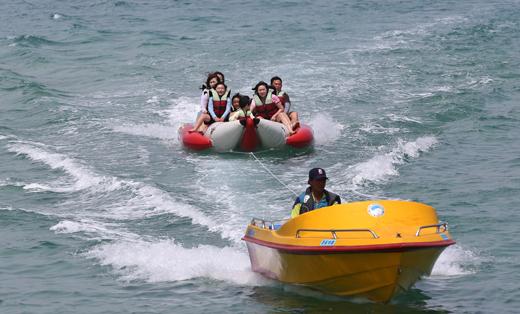경포해변을 찾는 관광객들이 불볕더위 속에 바나나 보트를 즐기며 무더위를 식히고 있다.(사진=저작권자 (c) 연합뉴스. 무단전재-재배포금지)