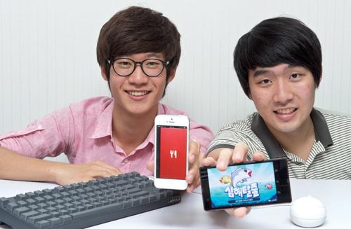 전수열군(왼쪽)과 전우성군. 각자 창업한 회사에서 만든 '디쉬바이미'(왼쪽)와 '심해탈출' 게임을 보여주고 있다.