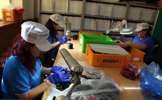 시간선택제 근로자로 채용된 검사원들이 재빠른 손놀림으로 완성된 부품의 불량유무를 확인하고 있다.