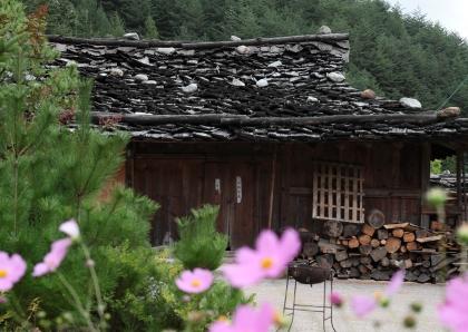 강원도 삼척시 도계읍 신리의 너와마을. 마을에는 중요민속자료 제33호로 지정된 너와집 3채가 보존되어 있다.