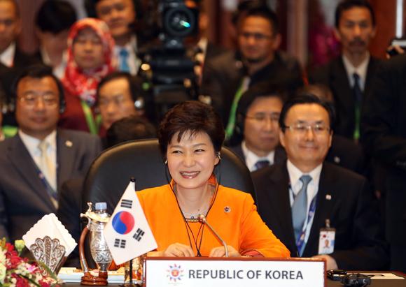 9일 오후 브루나이 인터내셔널 컨벤션센터에서 열린 한-아세안 정상회의에 참석한 박근혜 대통령이 볼키아 브루나이 국왕의 인사말을 들으며 활짝 웃고 있다.